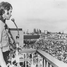 1971 SCR Winner Colin Bond and crowd @ Travelodge finish